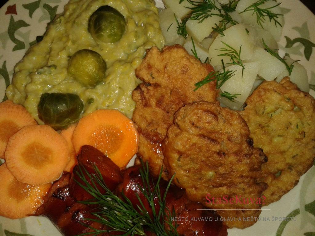 Slane mini palačinke kao pogačice od tikvica uz kobasice, krompir i sos od prokelja