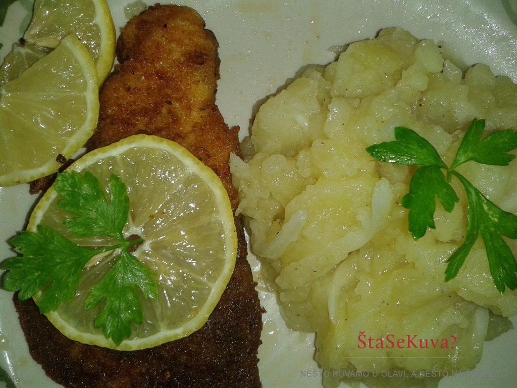 Predlog serviranja krompir salata sa lukom uz pohovanu ribu