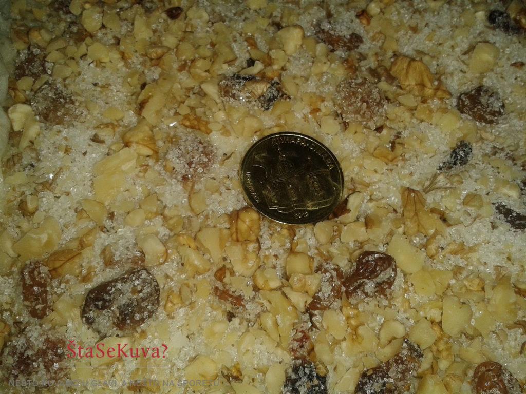 Umetanje novčića u Božićnu česnicu