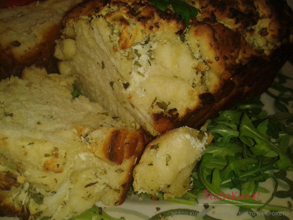 Lučani hleb sa belim sirom pečen - isečen i poslužen