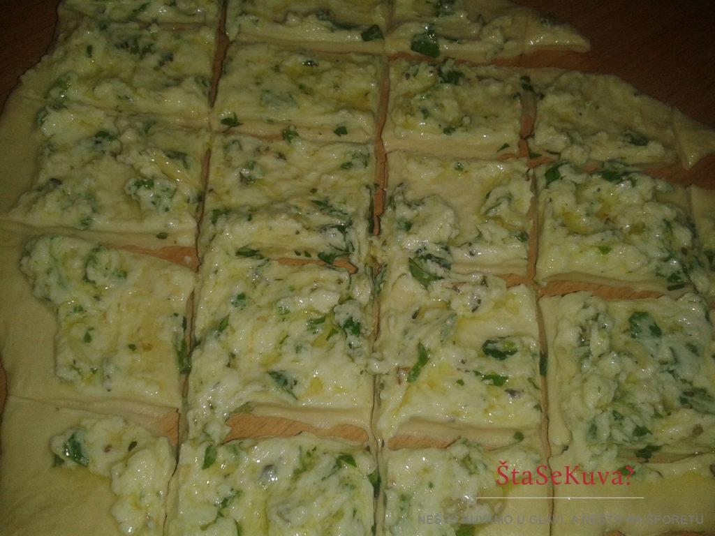 Lučani hleb sa belim sirom - premazivanje testa umakom od sira i začina i sečenje