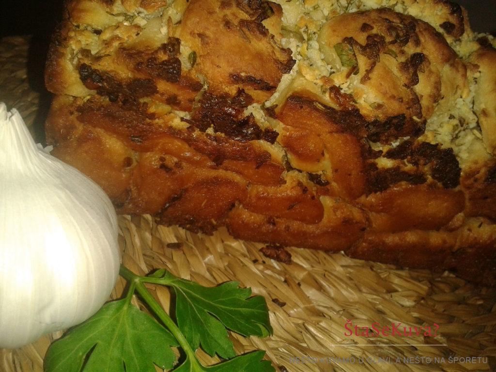 Lučani hleb sa belim sirom pečen - pogled sa strane