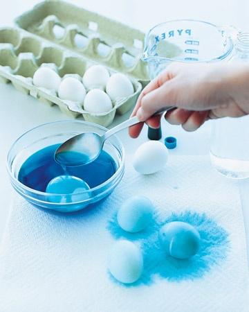 Farbanje jaja mramornom tehnikom Martha Stewart, Farbanje jaja - osnovna boja