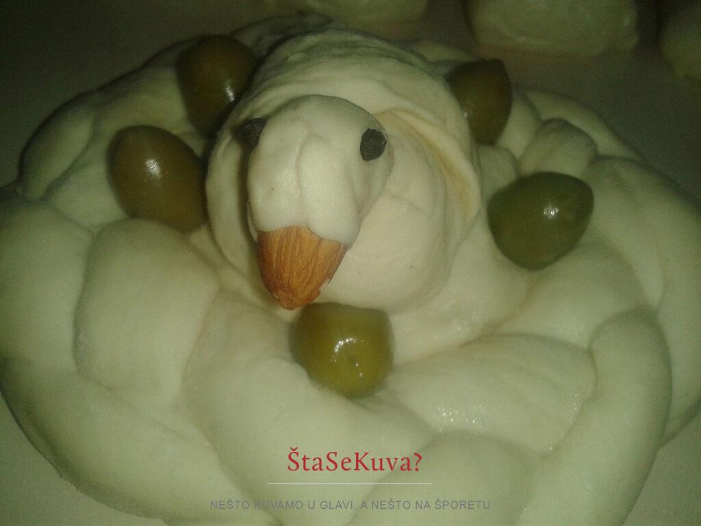 Ptica u gnezdu od testa ukrašeno maslinama