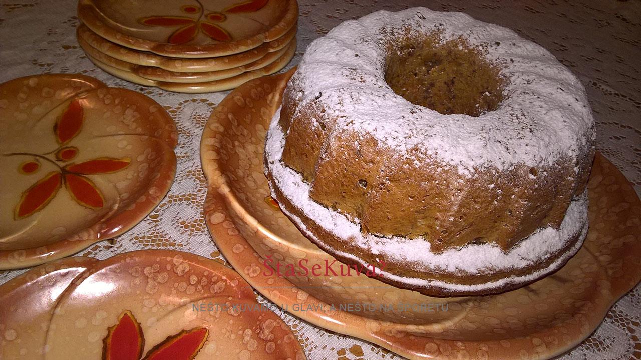 kuglof sa bundevom i orasima posut šećerpm u prahu